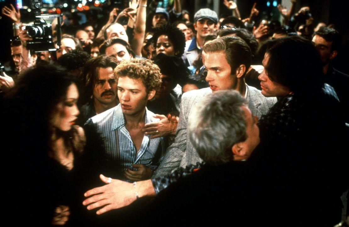 """Jeden Abend drängen sich Hunderte vor dem Eingang des legendären Nachtclubs """"Studio 54"""". Auch der naive Shane (Ryan Phillippe, vorne 2.v.l.) versuch... - Bildquelle: Miramax Films"""