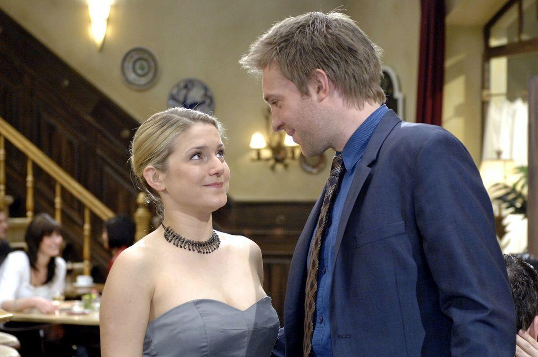 Anna (Jeanette Biedermann, l.) lässt sich auf das Date mit dem charmanten Dr. Hahn (Hubertus Grimm) ein. - Bildquelle: Oliver Ziebe Sat.1