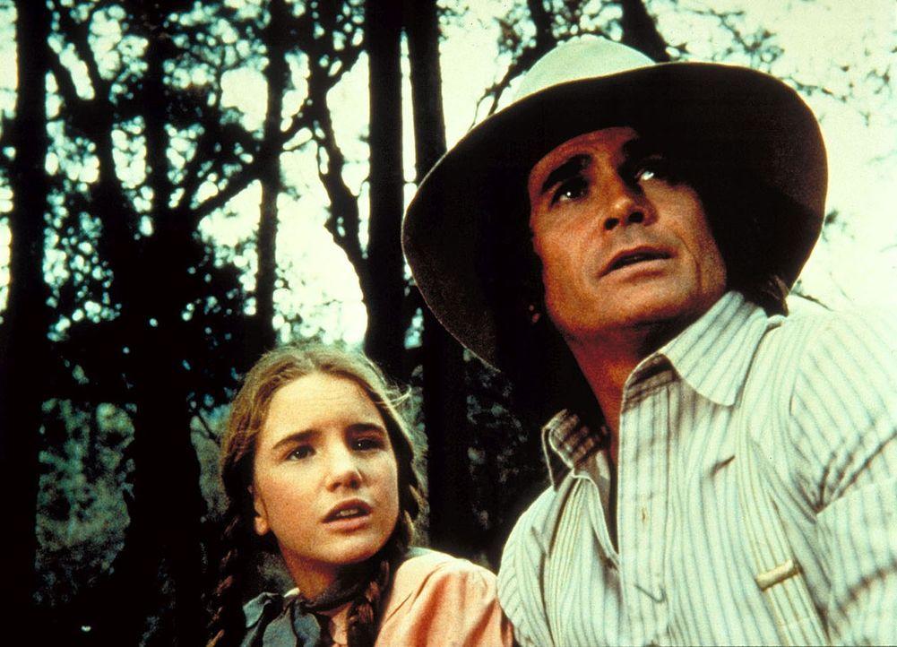 """Laura (Melissa Gilbert, l.) und Charles (Michael Landon, r.) befinden sich auf der Suche nach dem """"unbekannten Freund"""". - Bildquelle: Worldvision"""