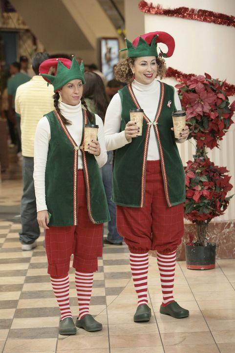Elfen im Einkaufszentrum: Liz (Roma Maffia, r.) und Poppy (Alanis Morissette, l.) ... - Bildquelle: TM and   2004 Warner Bros. Entertainment Inc. All Rights Reserved.