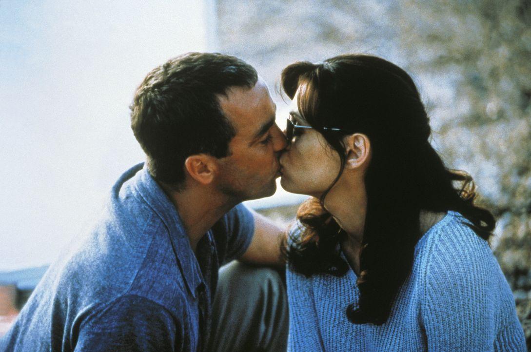 Leo (John Hannah, l.) und seine schöne Frau Lily (Famke Janssen, r.) wollen sich aus ihren krummen Geschäften zurückziehen - der Liebe wegen ... - Bildquelle: Columbia Pictures