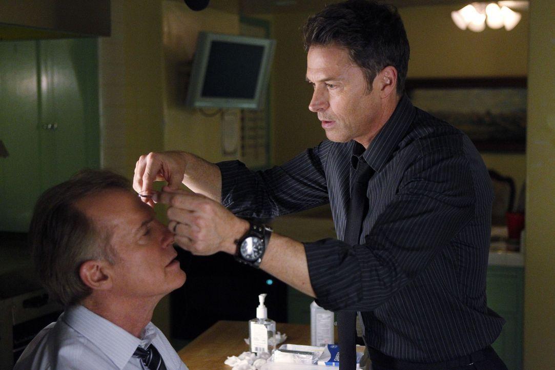 Nach einem Sturz muss der Captain (Stephen Collins, l.) von Pete (Tim Daly, r.) medizinisch versorgt werden ... - Bildquelle: ABC Studios