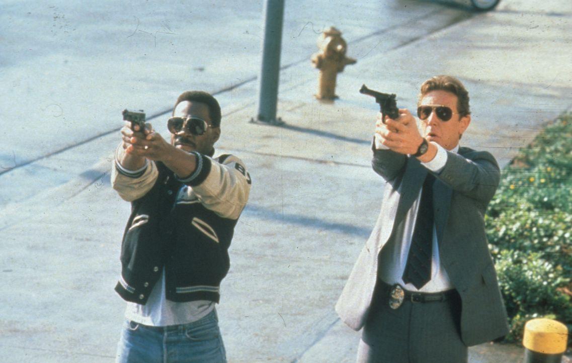 Bei der Aufklärung eines Mordes kommen Billy Rosewood (Judge Reinhold, r.) und Axel Foley (Eddie Murphy, l.) auf die Spur einer hervorragend organi... - Bildquelle: Paramount Pictures