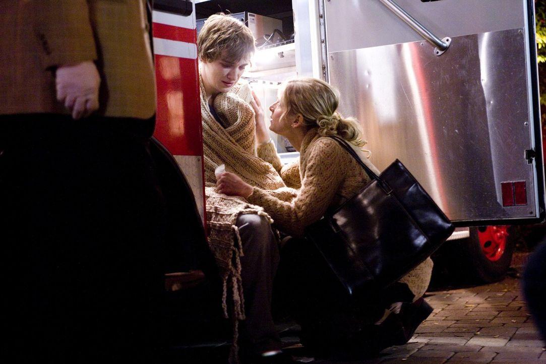 Als Brenda (Kyra Sedgwick, r.) und ihr Team zu einem grausamen Tatort gerufen werden, entdecken sie auf dem Dachboden Eric Wallace (Kyle Gallner, l.... - Bildquelle: Warner Brothers