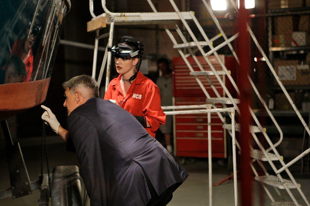 Das letzte von Gibbs' (Mark Harmon, l.) Booten taucht mit zwei Leichen an Bord im Hafen eines Navy-Stützpunktes auf. Gemeinsam mit Abby (Pauley Perr... - Bildquelle: CBS Television