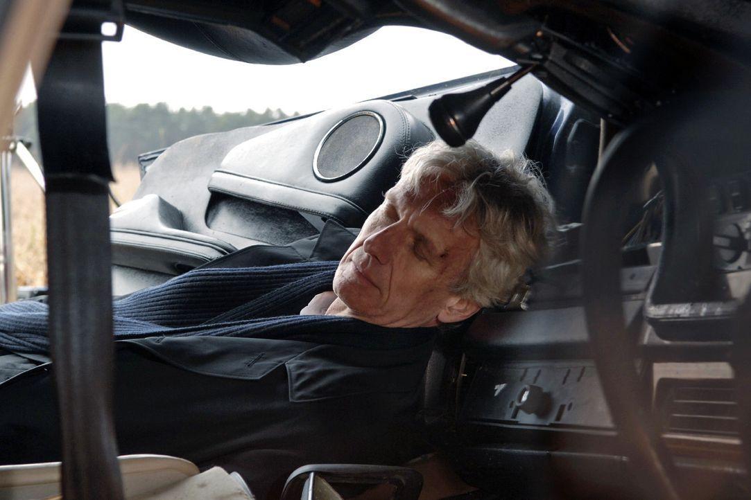 Der Wagen mit Gerrit dem toten Robert (Mathieu Carrière) als Insassen kommt zum stehen. - Bildquelle: Claudius Pflug Sat.1
