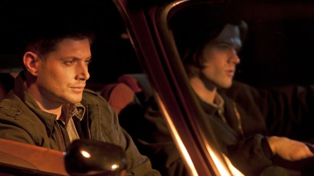 Werden von Garth zu Hilfe gerufen: Sam (Jared Padalecki, l.) und Dean (Jensen...