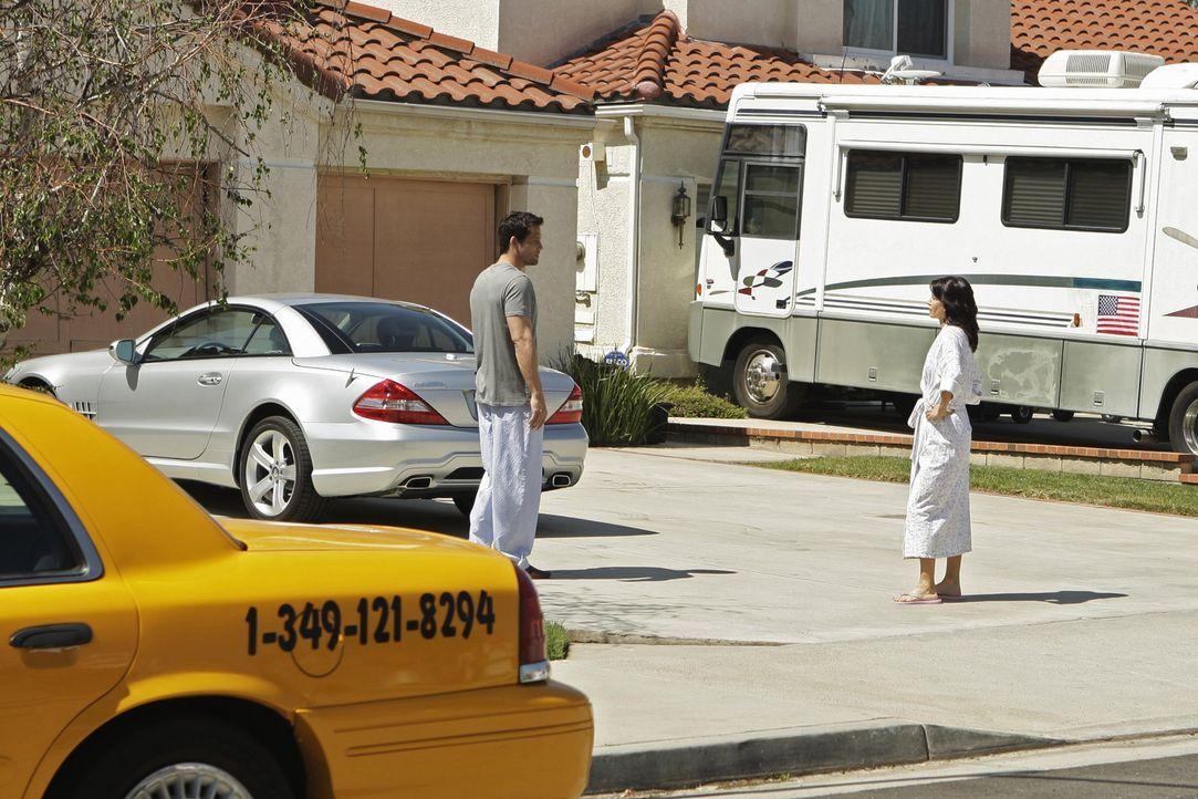 Für Jules (Courteney Cox, r.) ist klar: Männer mit 40 oder 50 - wie ihr Nachbar Grayson (Josh Hopkins, l.) - haben unendlich viele Chancen bei den... - Bildquelle: 2009 ABC INC.