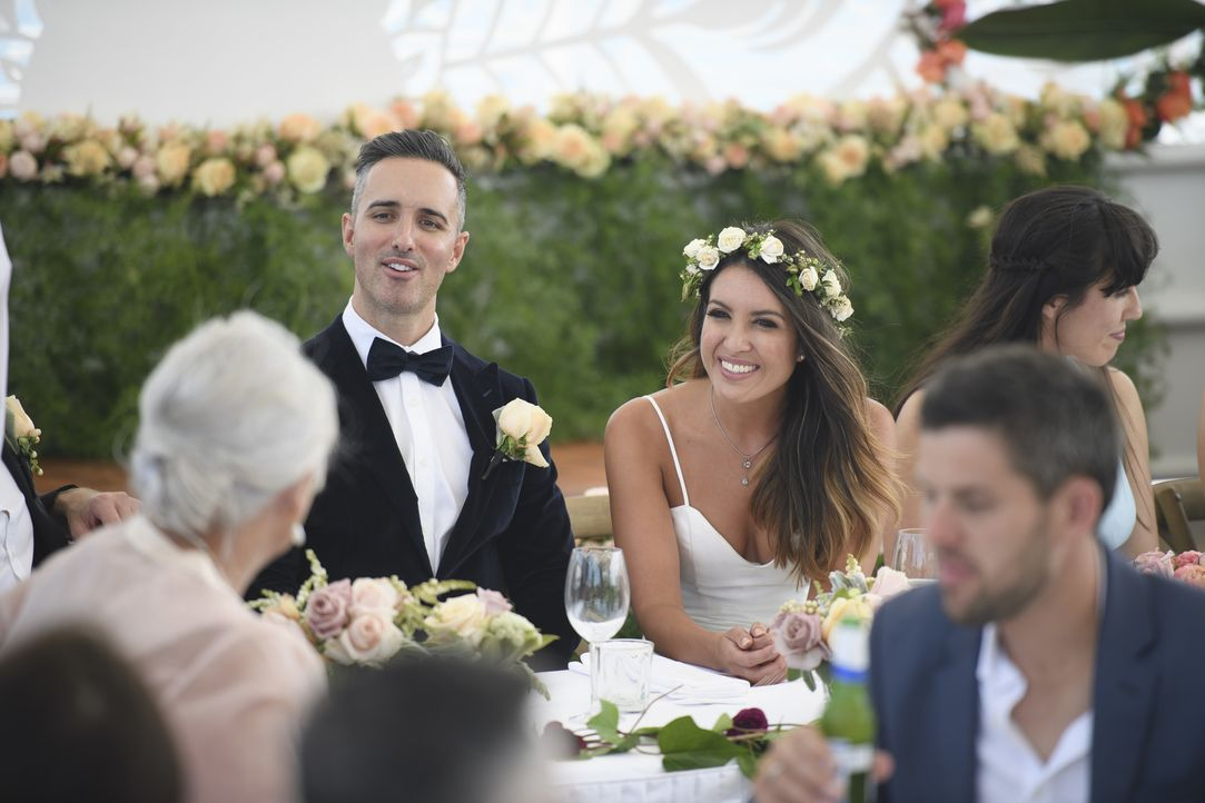 Am Tag der Hochzeit sind Nadia (2.v.r.) und Anthony (l.) schrecklich nervös. Kann Anthony den unangenehmen Kuss am Ende der Hochzeitszeremonie mit e... - Bildquelle: Nigel Wright ENDEMOLSHINE AUSTRALIA AND CHANNEL NINE