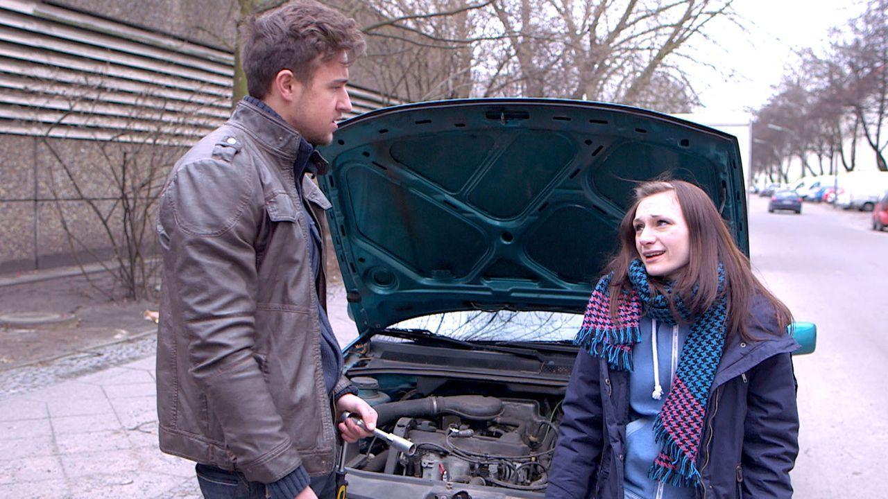 Juri (l.) schraubt lieber an seinem Wagen herum und lässt Antonia (r.) mit einem eiligen Auftrag allein - mit verheerenden Folgen für Job und Bezi... - Bildquelle: SAT.1