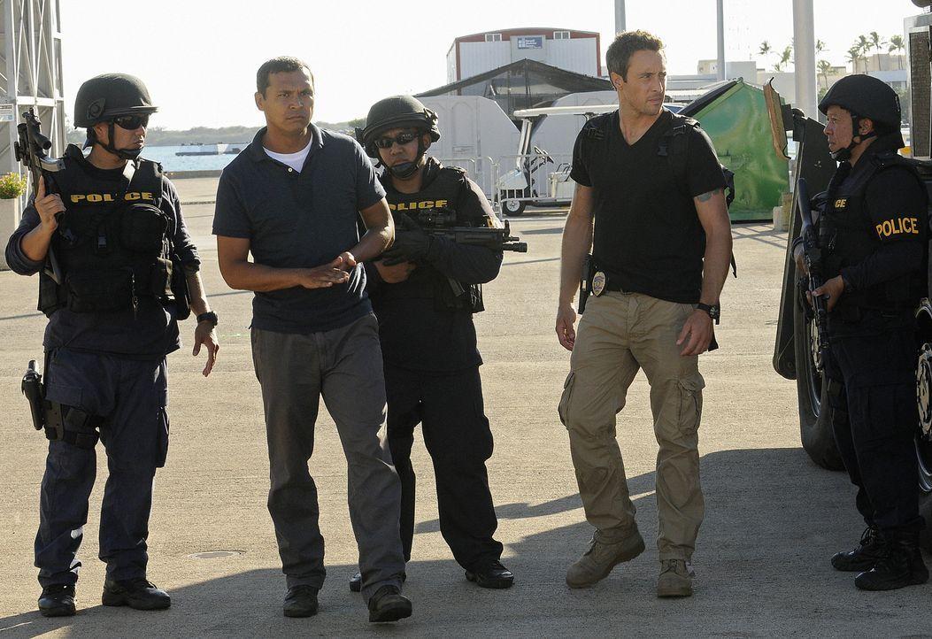 Graham (Adam Beach, 2.v.l.) wird beschuldigt, seine Ehefrau ermordet zu haben, doch er schwört, damit nichts zu tun zu haben. Da er es allerdings n... - Bildquelle: TM &   2010 CBS Studios Inc. All Rights Reserved.