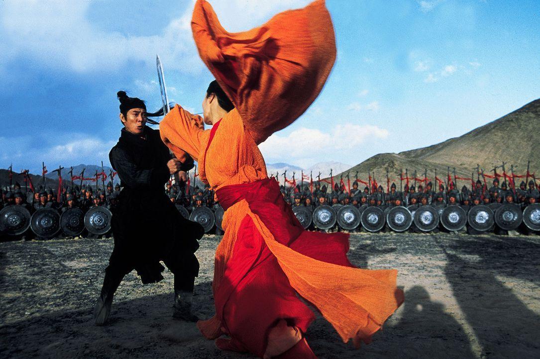 Weil der Namenlose (Jet Li, l.) vorgibt, die drei gefährlichsten Attentäter (Maggie Cheung, r.) des Landes getötet zu haben, darf er dem Gesetz n... - Bildquelle: Constantin Film