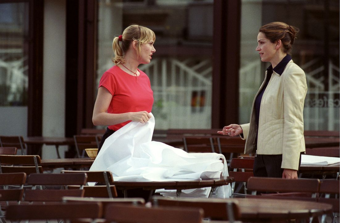 Sandra (Rebecca Immanuel, r.) versucht vergeblich mit Astrid Mergner (Gruschenka Stevens, l.), Tabeas Mutter, zu reden. - Bildquelle: Hardy Spitz Sat.1