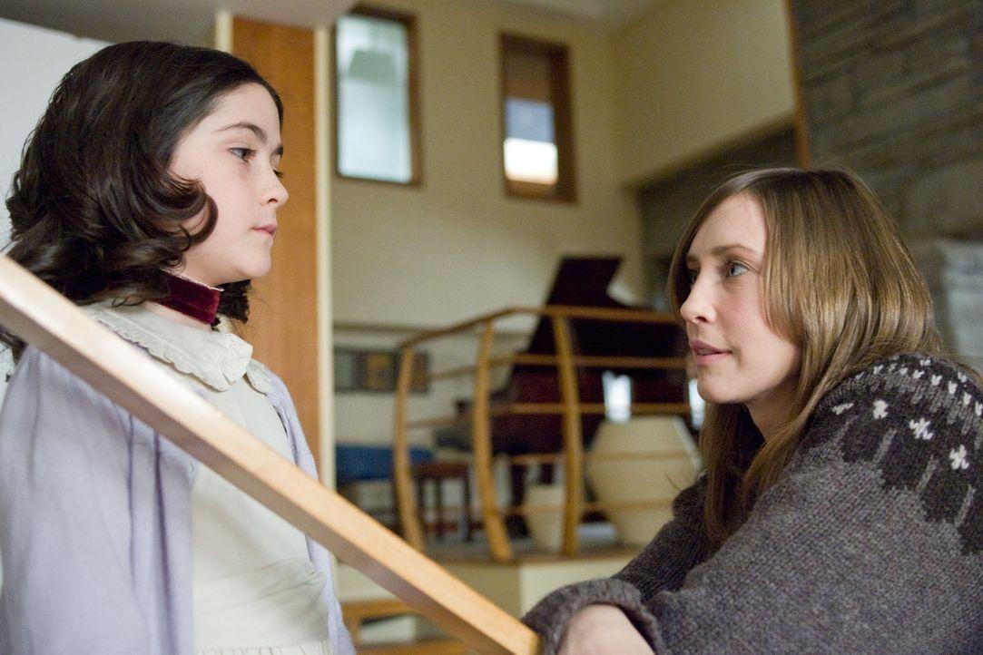 Der Besuch von Kate (Vera Farmiga, r.) und John im Waisenhaus verläuft erfolgreich: Auf Anhieb sind sie Feuer und Flamme für Esther (Isabelle Fuhrma... - Bildquelle: Kinowelt