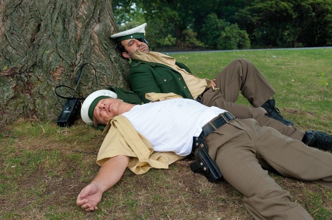 Als die beiden Polizisten Tommie (Tom Gerhardt, l.) und Mario (Hilmi Sözer, r.) kurz vor ihrer Entlassung stehen, naht ihr bislang größter Fall ... - Bildquelle: 2010 Constantin Film Verleih GmbH