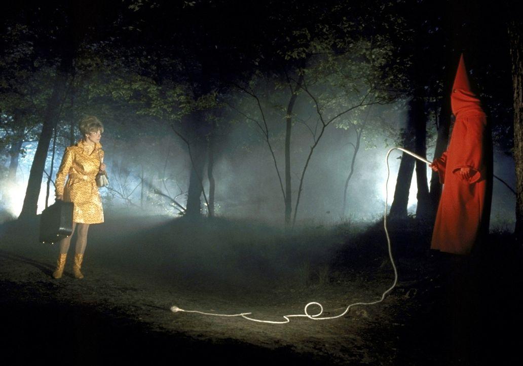 Betty Falks (Grit Böttcher, l.) in großer Gefahr: Plötzlich steht ihr der Mönch mit der Peitsche gegenüber ... - Bildquelle: Constantin Film