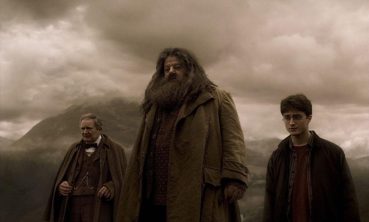 Um an die wahren Erinnerungen von Zaubertrank-Professor Horace Slughorn (Jim Broadbent, l.) zu kommen, macht sich ein mit einem Glücklichkeitsserum... - Bildquelle: Warner Brothers
