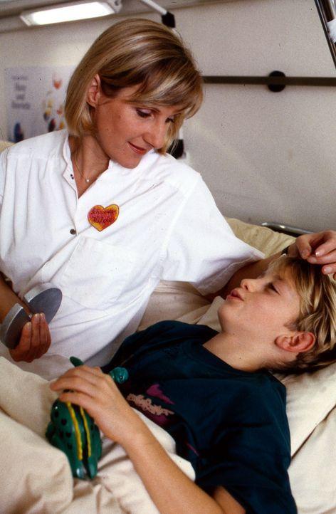 Als Benjamin (Dennis Westermann, r.) Schwester Hilde (Heike Jonca, l.) erzählt, dass seine Mutter bei der Geburt seines Brüderchens gestorben ist, a... - Bildquelle: Bernd Spauke Sat.1