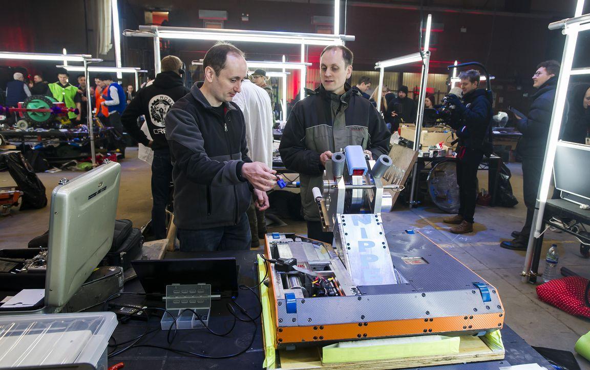 Das Team Big Nipper macht ihren Roboter startklar für seinen Einsatz in der Kampfarena. Werden sie erfolgreich sein? - Bildquelle: Alan Peebles