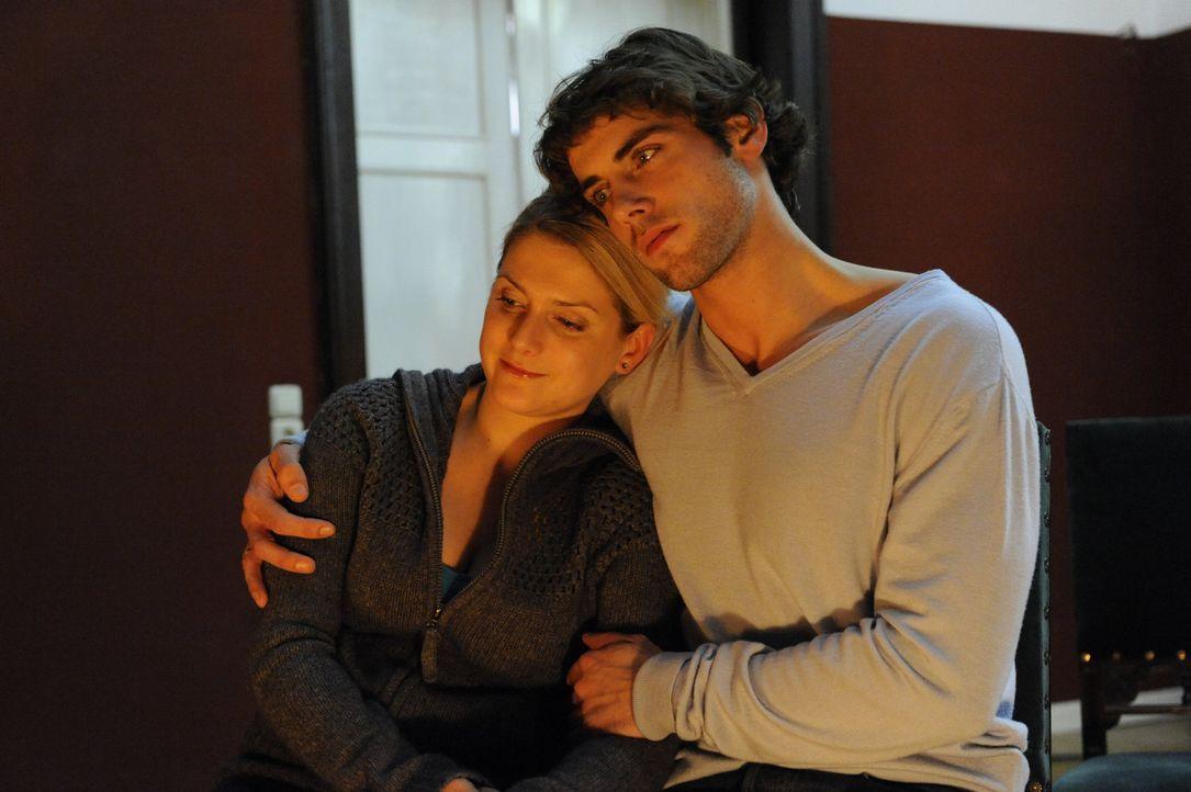 Verbringen eine Nacht auf dem vermeintlichen Spukschloss: Anna (Jeanette Biedermann, l.) und Jonas (Roy Peter Link, r.) ... - Bildquelle: SAT.1