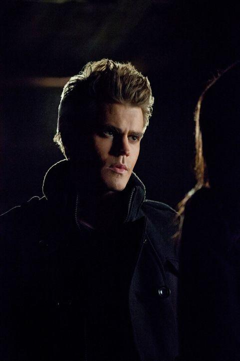 Stefan Salvatore (Paul Wesley, l.) und Damon beschließen Bonnies (Kat Graham, r.) Mutter Abby zu opfern und sie in eine Vampirin zu verwandeln, um... - Bildquelle: Warner Brothers