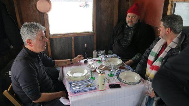 Gemeinsam mit den Köchen Dave McMillan (M.) und Fred Morin (r.) begibt sich A...
