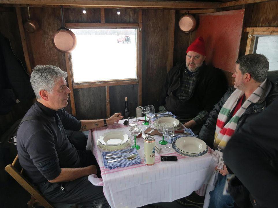 Gemeinsam mit den Köchen Dave McMillan (M.) und Fred Morin (r.) begibt sich Anthony Bourdain (l.) kulinarische Reise durch Kanada ... - Bildquelle: 2013 Cable News Network, Inc. A TimeWarner Company. All rights reserved.
