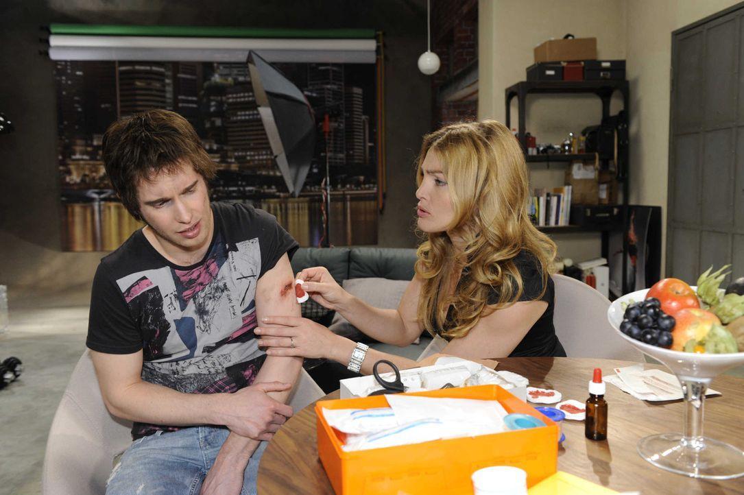 Während Annett (Tanja Wenzel, r.) Jojo (Bernhard Bozian, l.) verarztet, ahnt dieser nicht, wer ihn an die Polizei verraten hat ... - Bildquelle: SAT.1