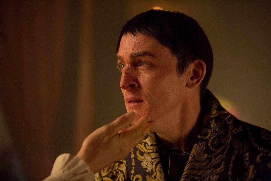 Penguin (Robin Lord Taylor) genießt sein neues Familienleben. Als sich jedoch herausstellt, dass sein Vater krank ist, beschließt Grace, den vermein... - Bildquelle: Warner Brothers
