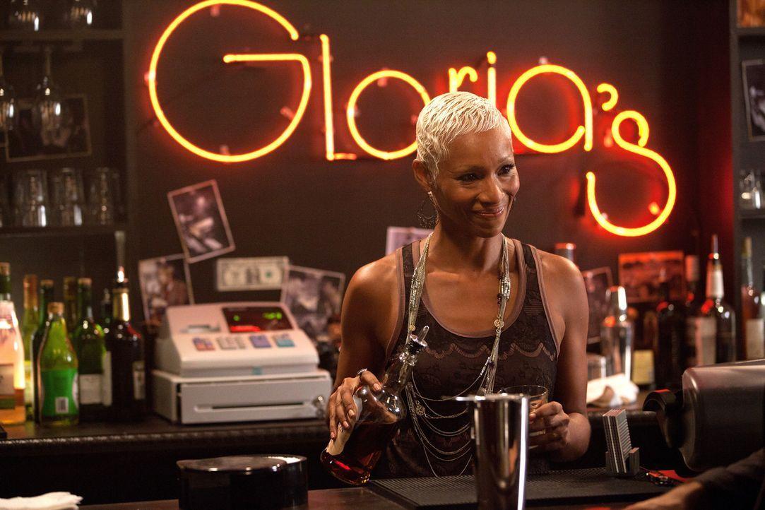 Gloria (Charmin Lee) ist überrascht als Klaus und Stefan in ihrer Bar auftauchen ... - Bildquelle: © Warner Bros. Entertainment Inc.
