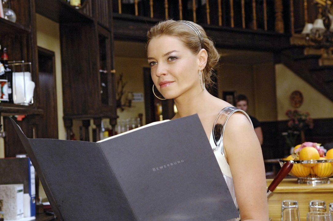 Katja (Karolina Lodyga) entdeckt Annas Bewerbungsunterlagen samt einer genialen Idee ... - Bildquelle: Claudius Pflug Sat.1