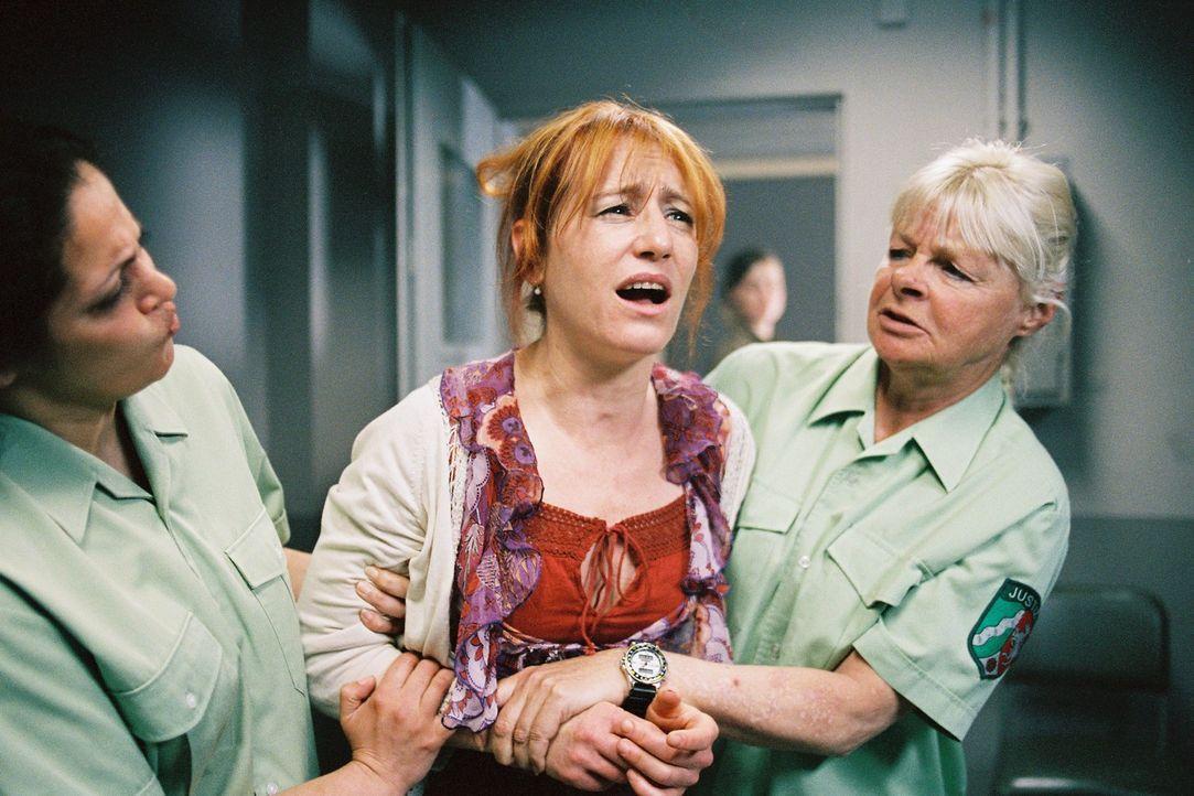 Die Nachricht, dass Sarah ihren Vater treffen will, lässt die inhaftierte Petra Wörnle (Ulrike Krumbiegel, M.) verzweifeln. - Bildquelle: Tom Trambow Sat.1