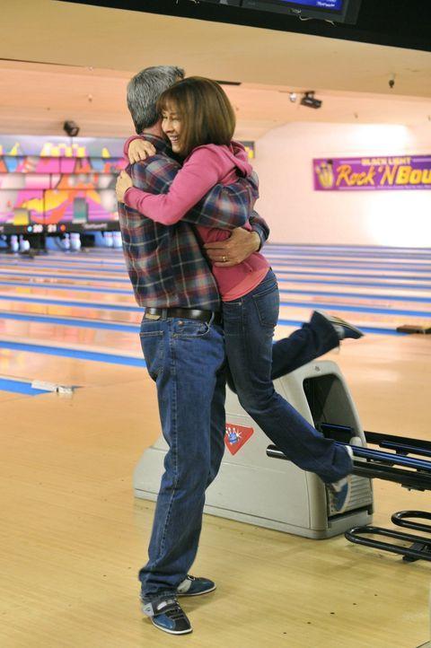 Mike (Neil Flynn, l.) und Frankie (Patricia Heaton, r.) sind glücklich, mal wieder Zeit für sich zu haben, weil sich ihre Kinder auf eigenen Wunsch... - Bildquelle: Warner Brothers