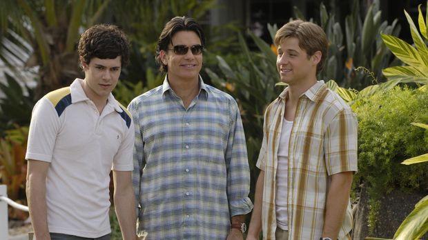 Sandy (Peter Gallagher, M.), Seth (Adam Brody, l.) und Ryan (Benjamin McKenzi...