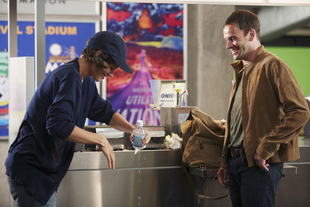 Eli (Jonny Lee Miller, r.) lernt im Stadion seine Vision Grace Fuller (Katie Holmes, l.) kennen und ist sofort von ihr angetan ... - Bildquelle: Disney - ABC International Television