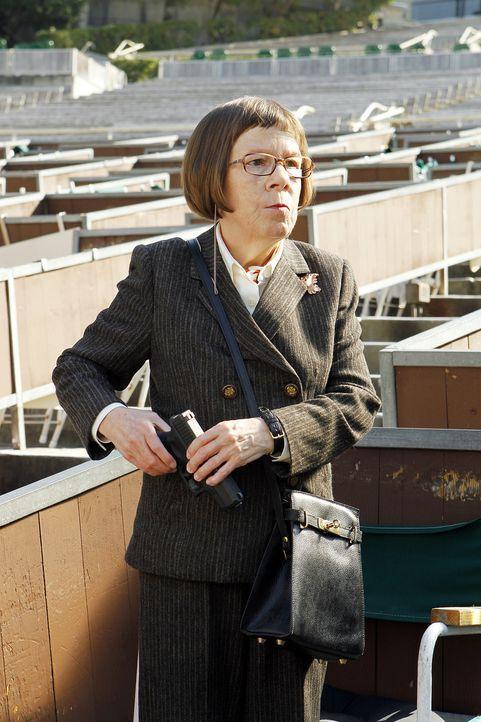 Hetty (Linda Hunt) hat einen ehemaligen Stasi-Spion, den sie angeschossen hat und der nach einem Schlaganfall erblindet und gelähmt ist, in einem Pf... - Bildquelle: CBS Studios Inc. All Rights Reserved.