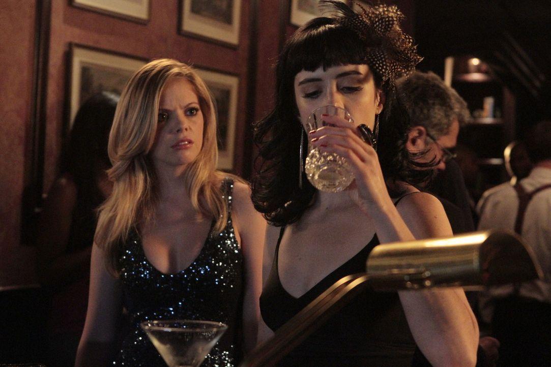 Noch denkt June (Dreama Walker, l.), dass Chloe (Krysten Ritter, r.) ein Problem mit Alkohol hat und sich die Leute und Situationen nicht schöntrin... - Bildquelle: 2012 Twentieth Century Fox Film Corporation. All rights reserved.