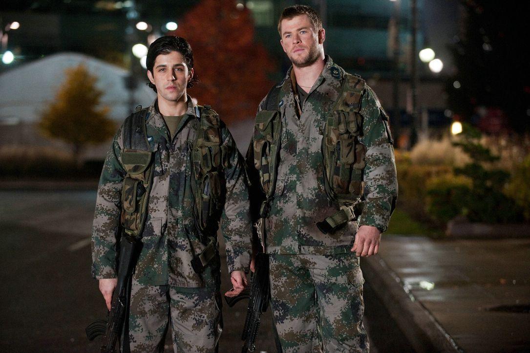 Als Nordkoreaner ihre Heimatstadt einnehmen und ihren Vater töten, raufen sich die beiden Brüder Matt (Josh Peck, l.) und Jed (Chris Hemsworth, r.)... - Bildquelle: 2012 Concorde Filmverleih GmbH