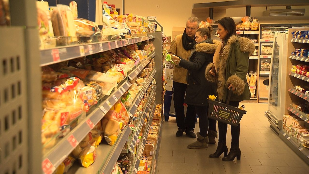 Familie Worm betritt Neuland: Beim Lebensmitteleinkauf jeden Cent umdrehen zu müssen, erfordert Rechenarbeit und Entbehrungen, denn das Budget ihrer... - Bildquelle: SAT.1