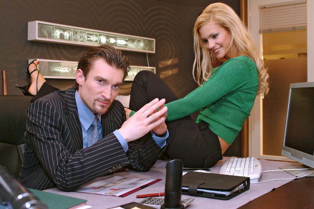 Sabrina (Nina-Friederike Gnädig, r.) freut sich mit Richard (Karim Köster, l.) über den gelungenen Machtwechsel. - Bildquelle: Sat.1