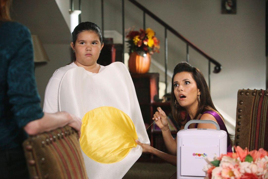Während Gabrielle (Eva Longoria,r .) für Juanita (Madison De La Garza, M.) ein Halloweenkostüm vorbereitet, hat Bree (Marcia Cross, l.) eine schocki... - Bildquelle: ABC Studios