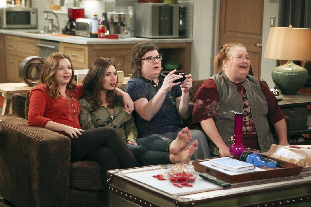 Barry (Clark Duke, 2.v.r.) fühlt sich sichtlich wohl im Kreise von Berta (Conchata Ferrell, r.), Jenny (Amber Tamblyn, l.) und Brooke (Aly Michalka,... - Bildquelle: Warner Brothers Entertainment Inc.