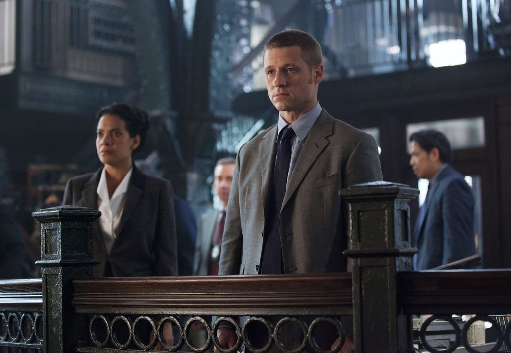 Sein Leben gerät durch Cobblepots Pläne in große Gefahr: James Gordon (Ben McKenzie, vorne r.) ... - Bildquelle: Warner Bros. Entertainment, Inc.