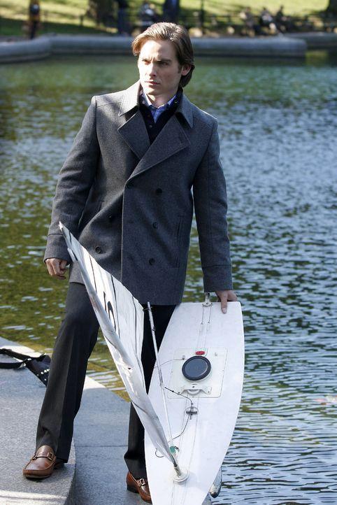 Jenny hat Angst, sich mit Damien (Kevin Zegers) zu blamieren. Sie versteht aber dann, dass er das ferngesteuerte Motorboot nur für einen Deal benutz... - Bildquelle: Warner Brothers