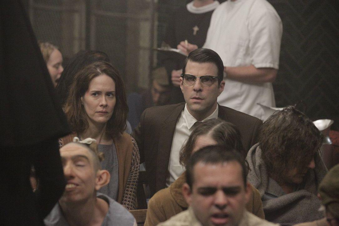 Jahr 1964: Als Schwester Jude Martin vor versammelter Mannschaft eine Rede hält, merken Lana (Sarah Paulson, hinten l.) und Dr. Oliver Thredson (Za... - Bildquelle: 2012-2013 Twentieth Century Fox Film Corporation. All rights reserved.