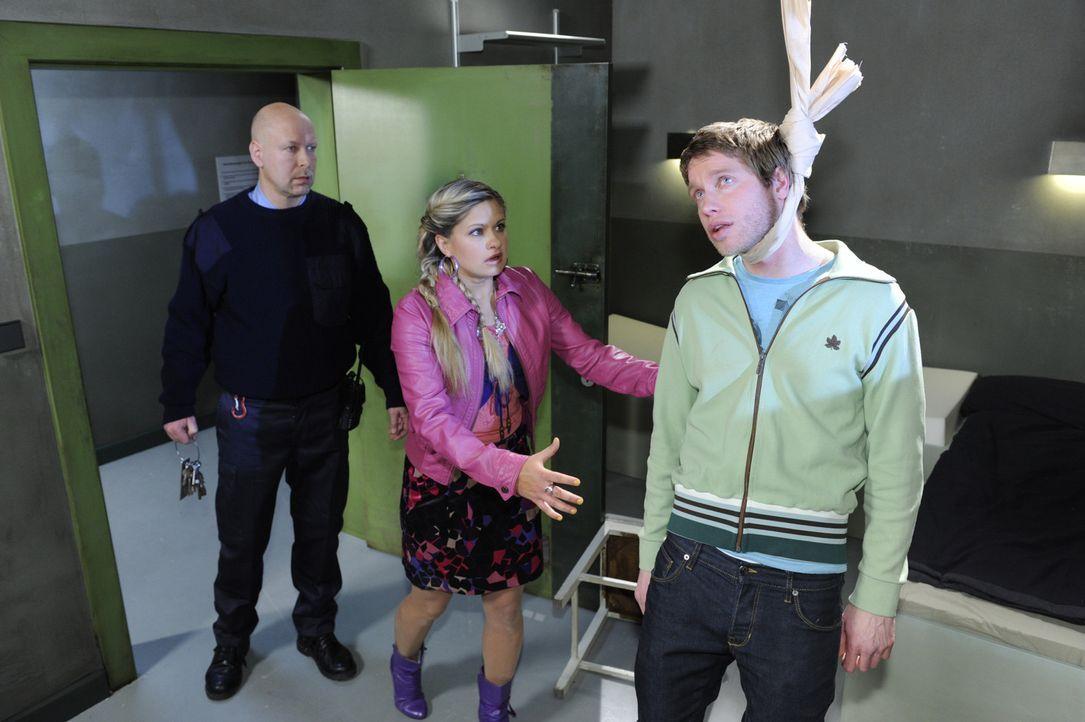 Mias (Josephine Schmidt, l.) unbestimmtes schlechtes Gefühl, hat sie nicht getäuscht. Gerade noch rechtzeitig kommt sie ins Gefängnis um Jojo (Be... - Bildquelle: SAT.1