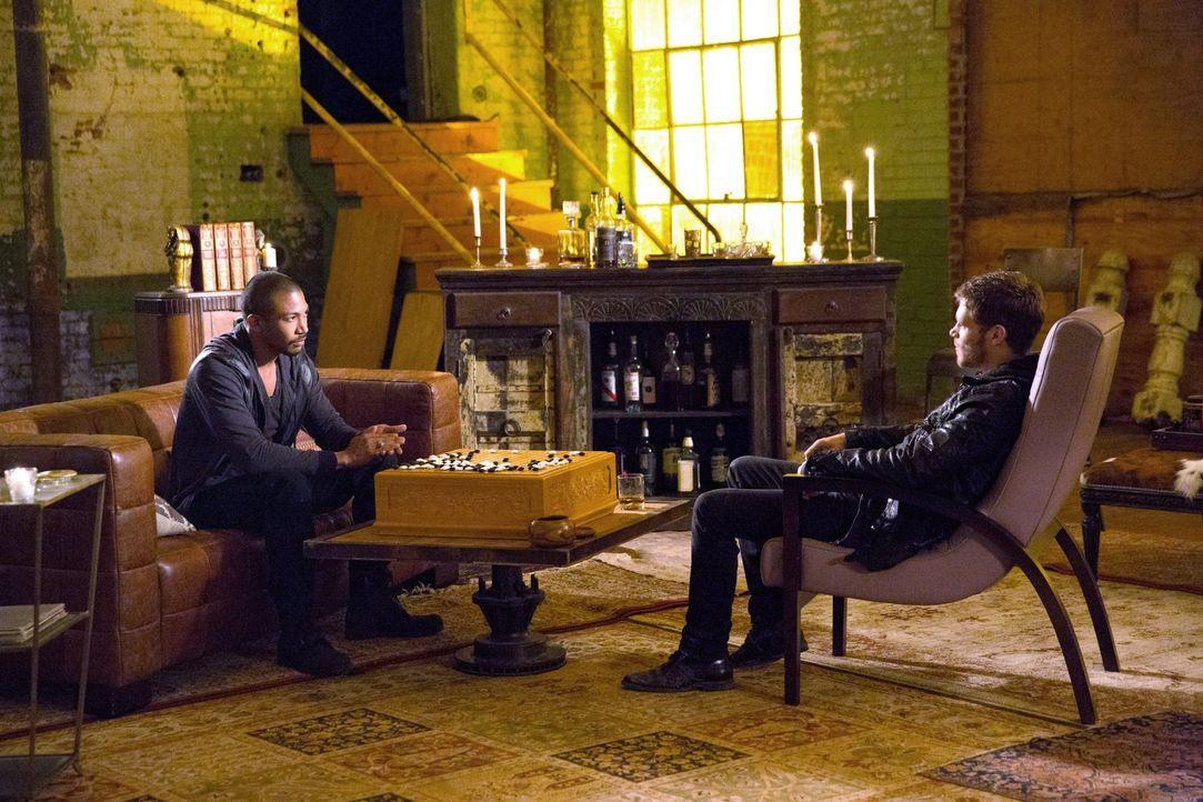 Wie lange wird die Allianz zwischen Marcel (Charles Michael Davis, l.) und Klaus (Joseph Morgan, r.) halten? - Bildquelle: Warner Bros. Television