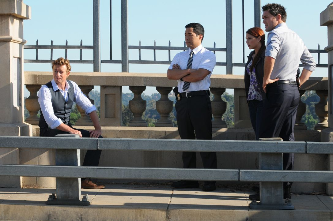 Versuchen alles, um einen neuen Fall zu lösen: Patrick (Simon Baker, l.), Grace (Amanda Righetti, 2.v.r.), Wayne (Owain Yeoman, r.) und Kimball (Ti... - Bildquelle: Warner Bros. Television