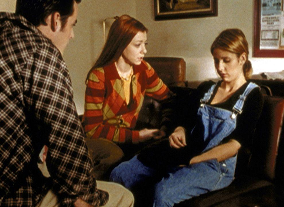 Buffy (Sarah Michelle Gellar, r.) macht sich die schlimmsten Vorwürfe, weil sie den Freund ihrer Mutter während eines Streits tödlich verletzt hat.... - Bildquelle: TM +   2000 Twentieth Century Fox Film Corporation. All Rights Reserved.