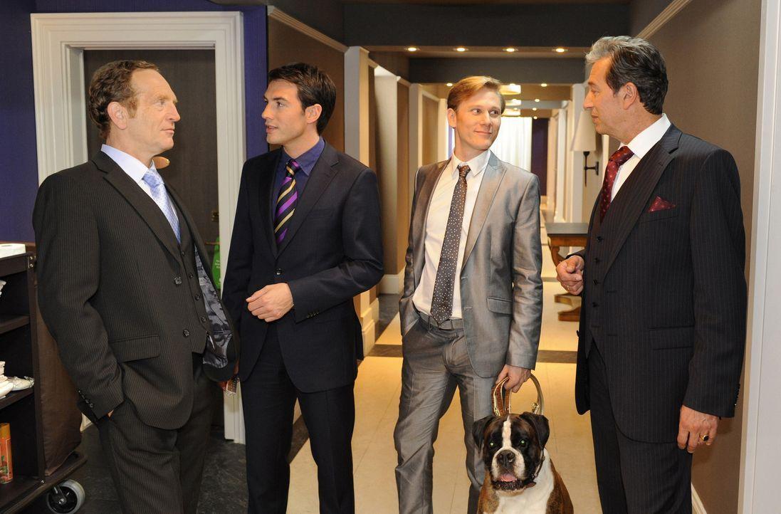 Treffen sich zu einem Geschäftstermin: Adrian Sachs (Joachim Kappl, l.),  Mark Braun (Arne Stephan, 2.v.l.), Philip Sachs (Philip Romann, 2.v.r.) u... - Bildquelle: SAT.1